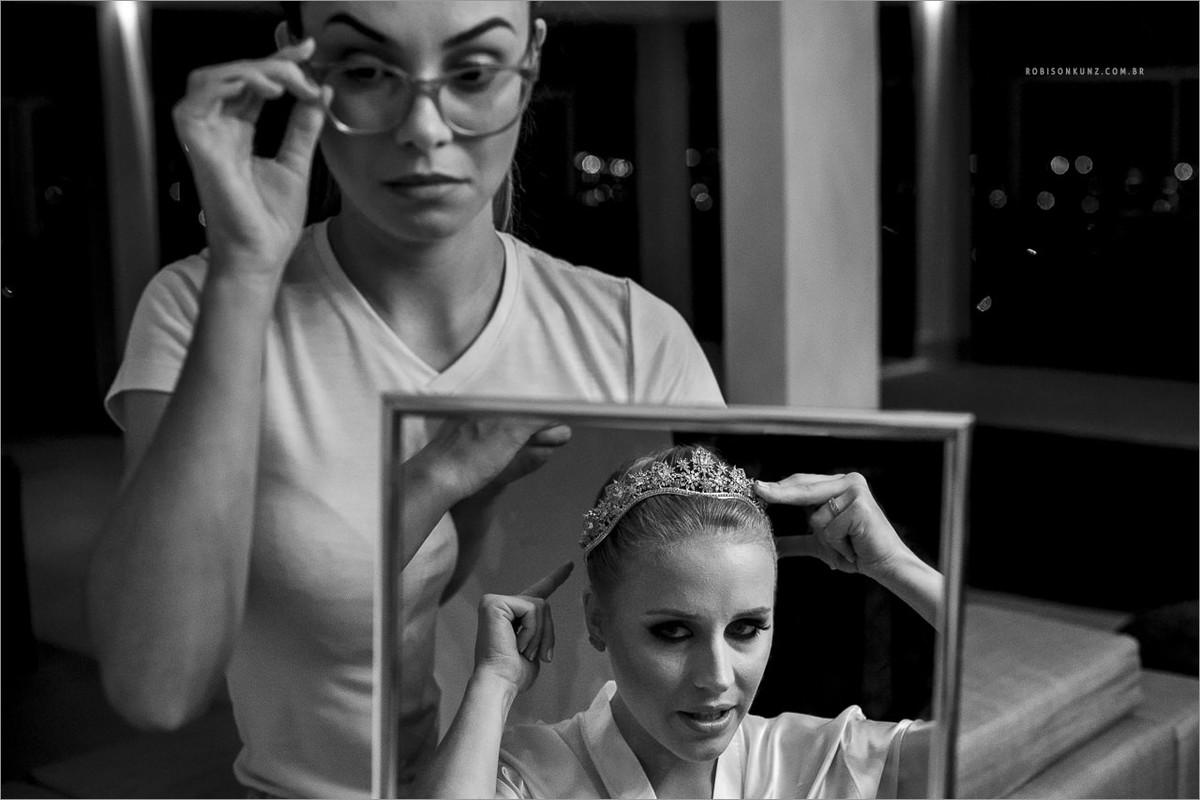 noiva se arrumando no espelho