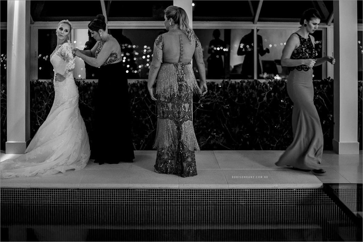 vestindo a noiva na beira da piscina