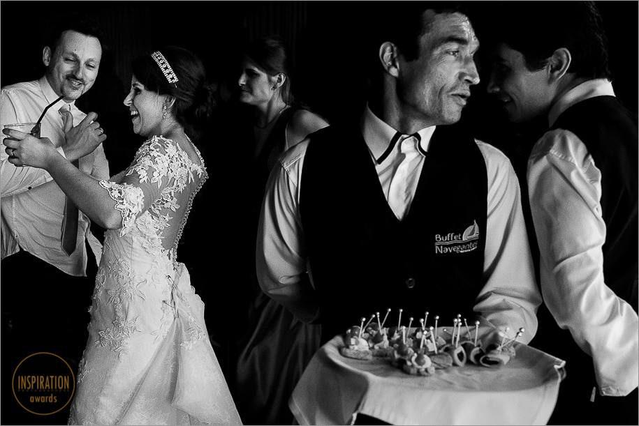 garços conversando na festa de casamento