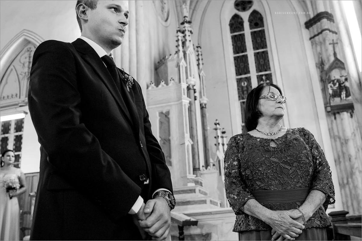 noivo esperando a noiva no altar