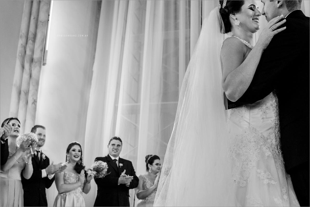 beijo do noivos no casamento