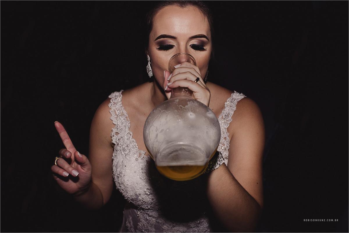 noiva bebendo choopp no vaso de flor
