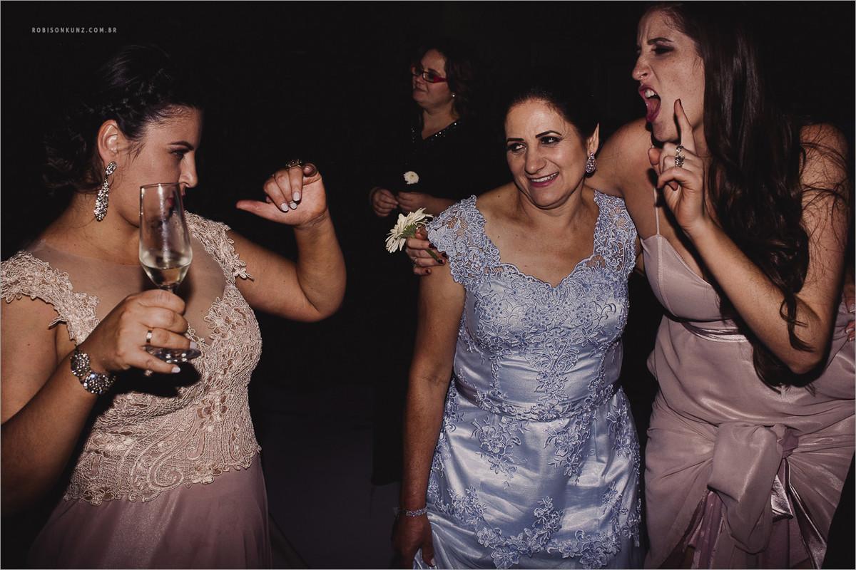 mae da noiva dançando no casamento