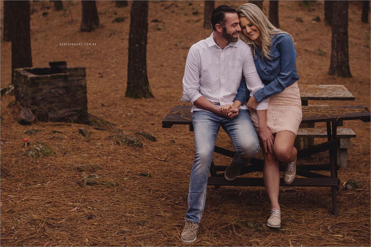 ensaio de casal em floresta de pinos