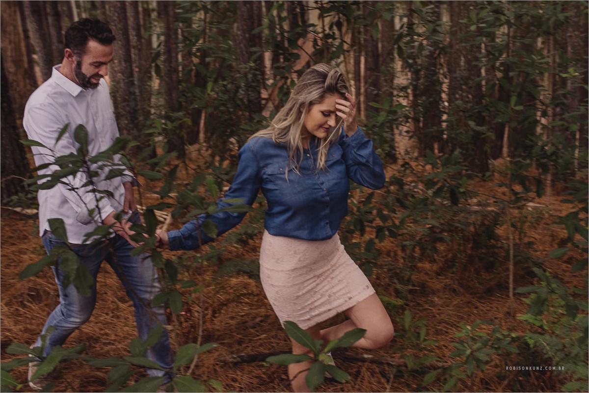 casal caminhando entre os pinos