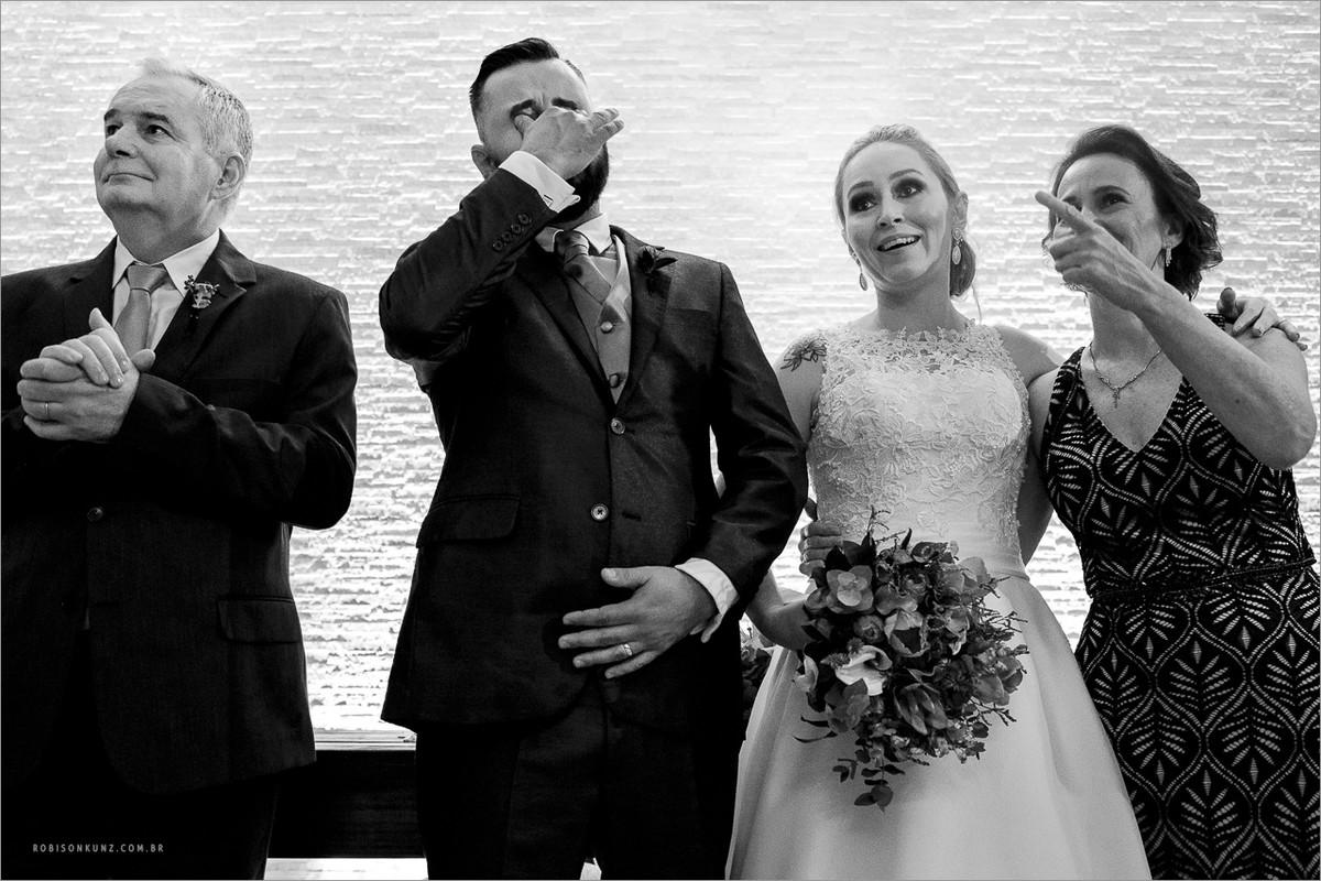 noivo emocionado durante o casamento