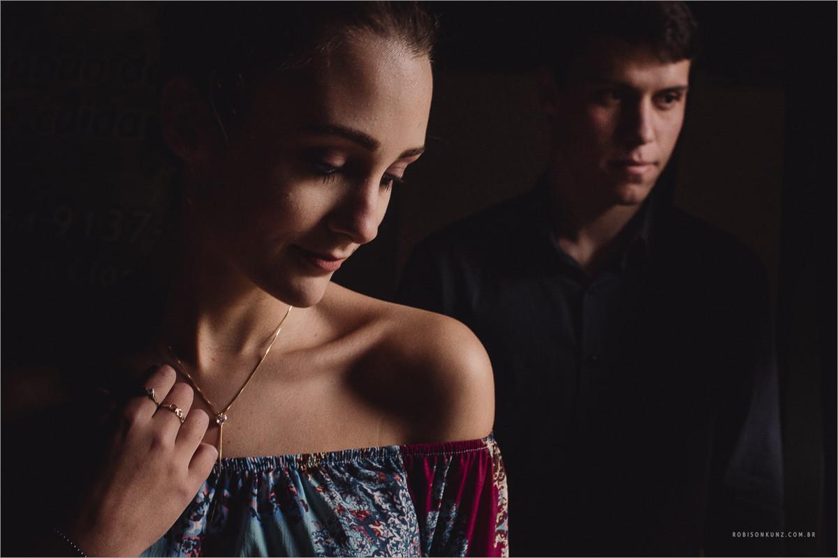 fotografando casal com luz de janela