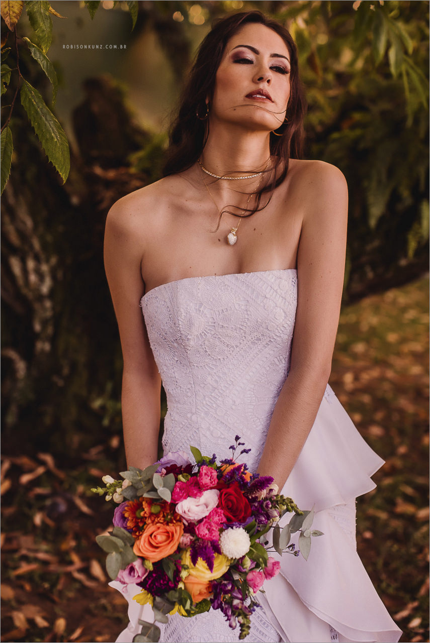 vestido de noiva e buque colorido