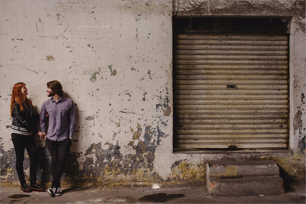 ensaio de casal em um estacionamento antigo