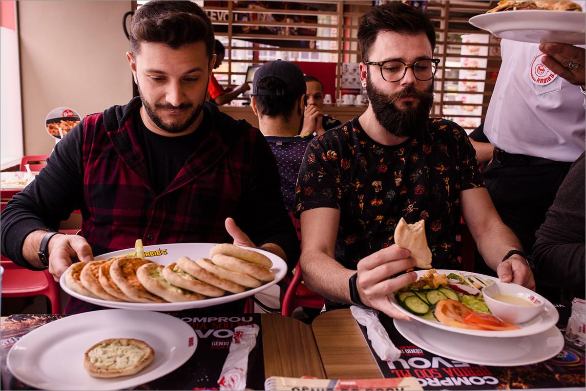 robison e cristian almoçando no habibis