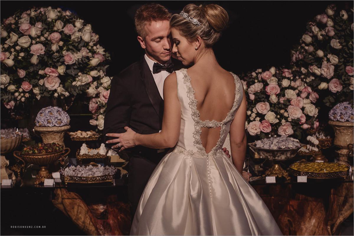 foto dos noivos na mesa de doses