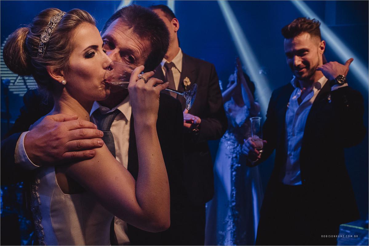 noiva e pai no palco