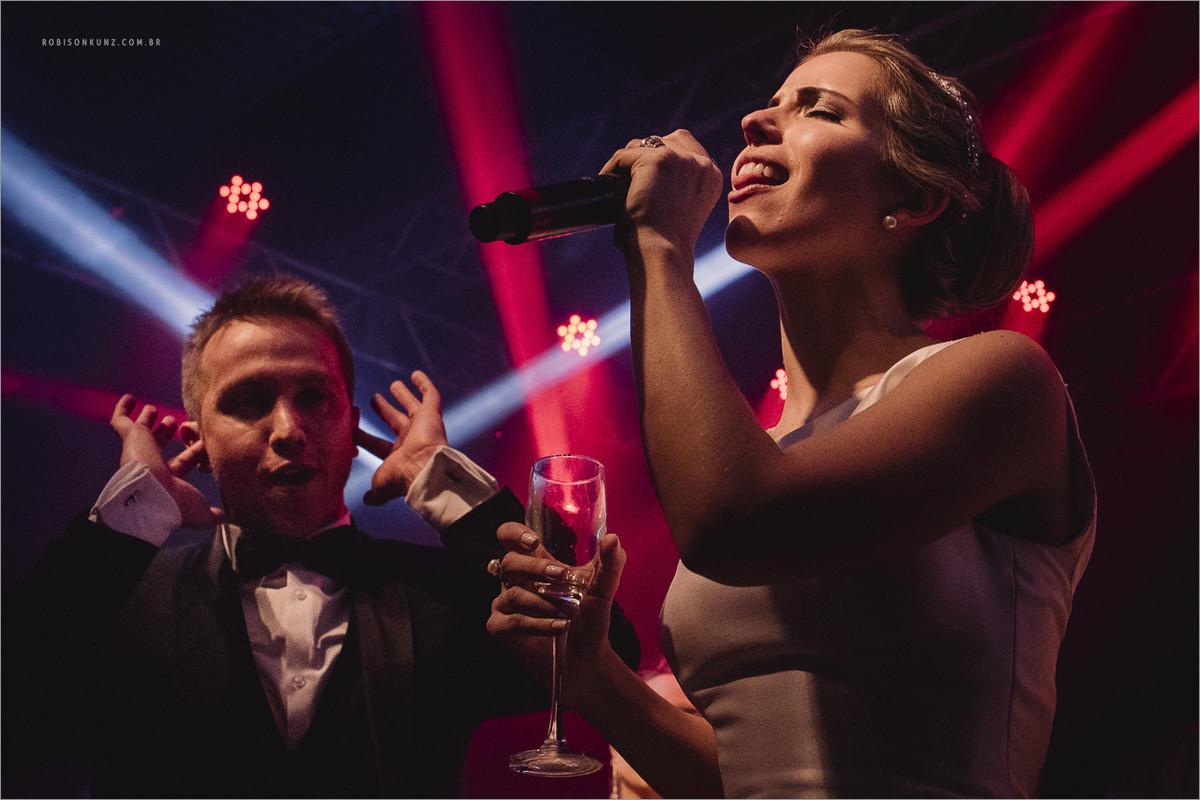 noivos cantando com o latino