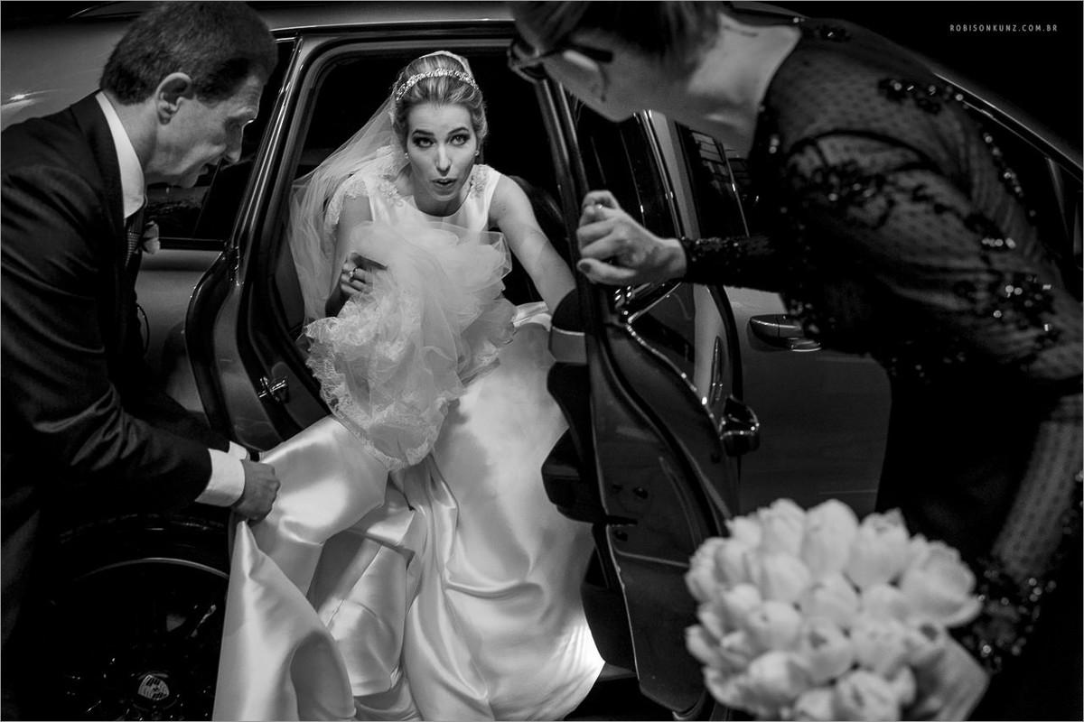 noiva descendo do carro para a cerimonia