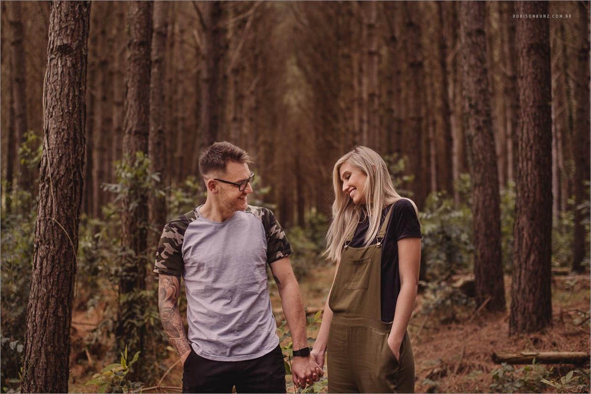casal no mato de pinos