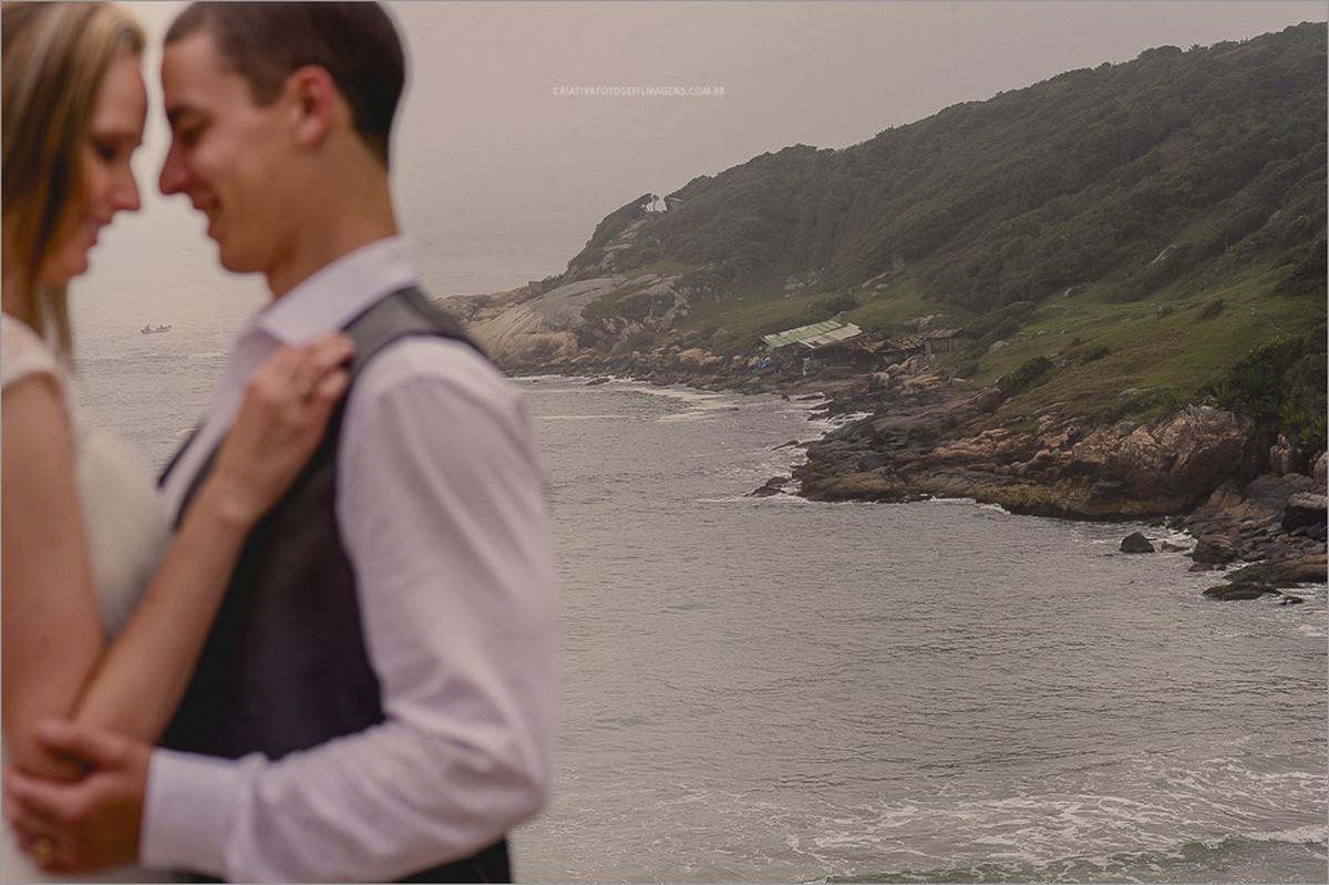 samantha-e-roberto-trash-the-dress-fotos-noivos-na-praia-praia-do-rosa-fotos-de-novios-foto-praia-fotos-casal-na-praia-fotos-noivos-tomando-banho-de-mar-robison-kunz-fotos-diferentes-noivos-noivos-praia-do-rosa-casamento-praia-do-rosa