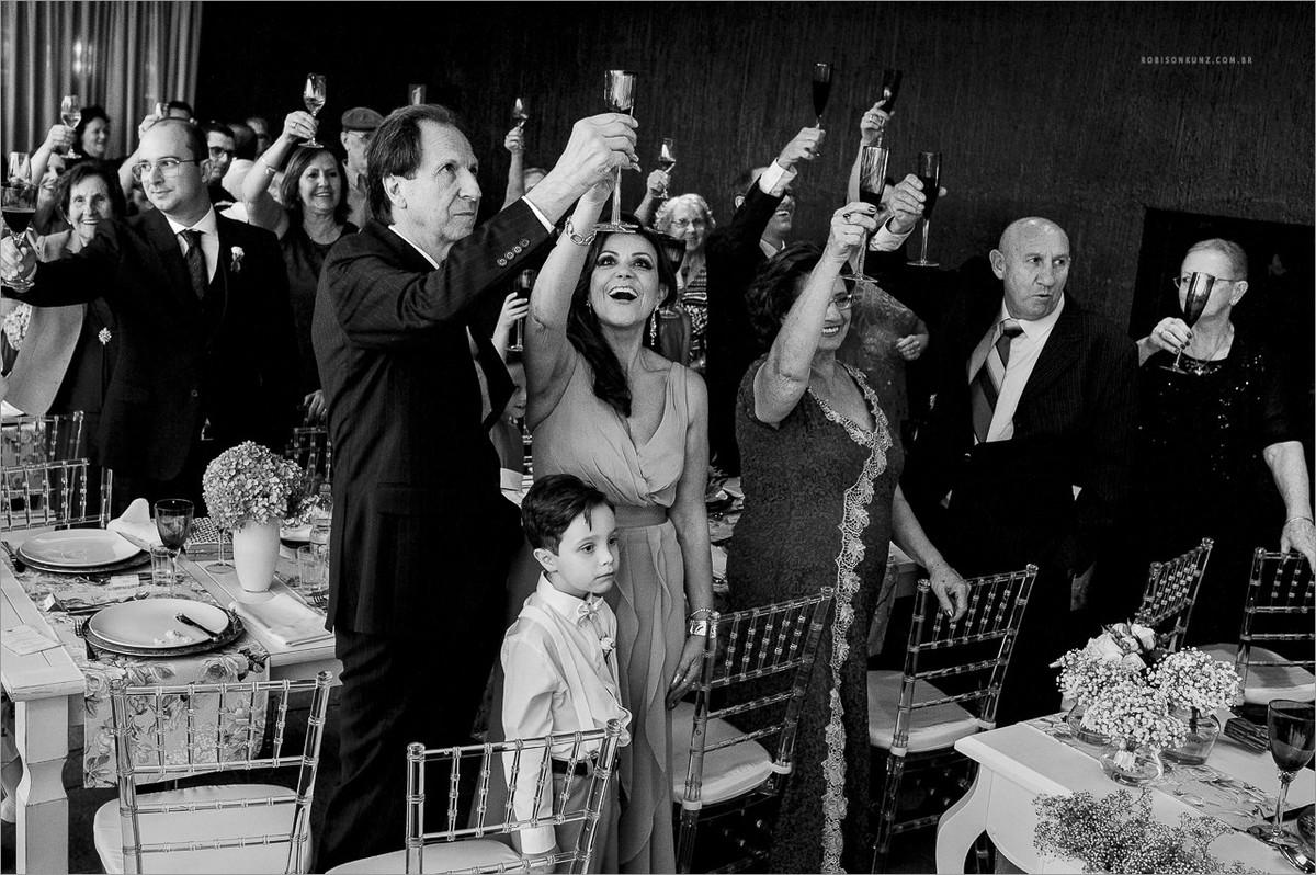 brinde durante o casamento em uma vinicola da serra gaucha