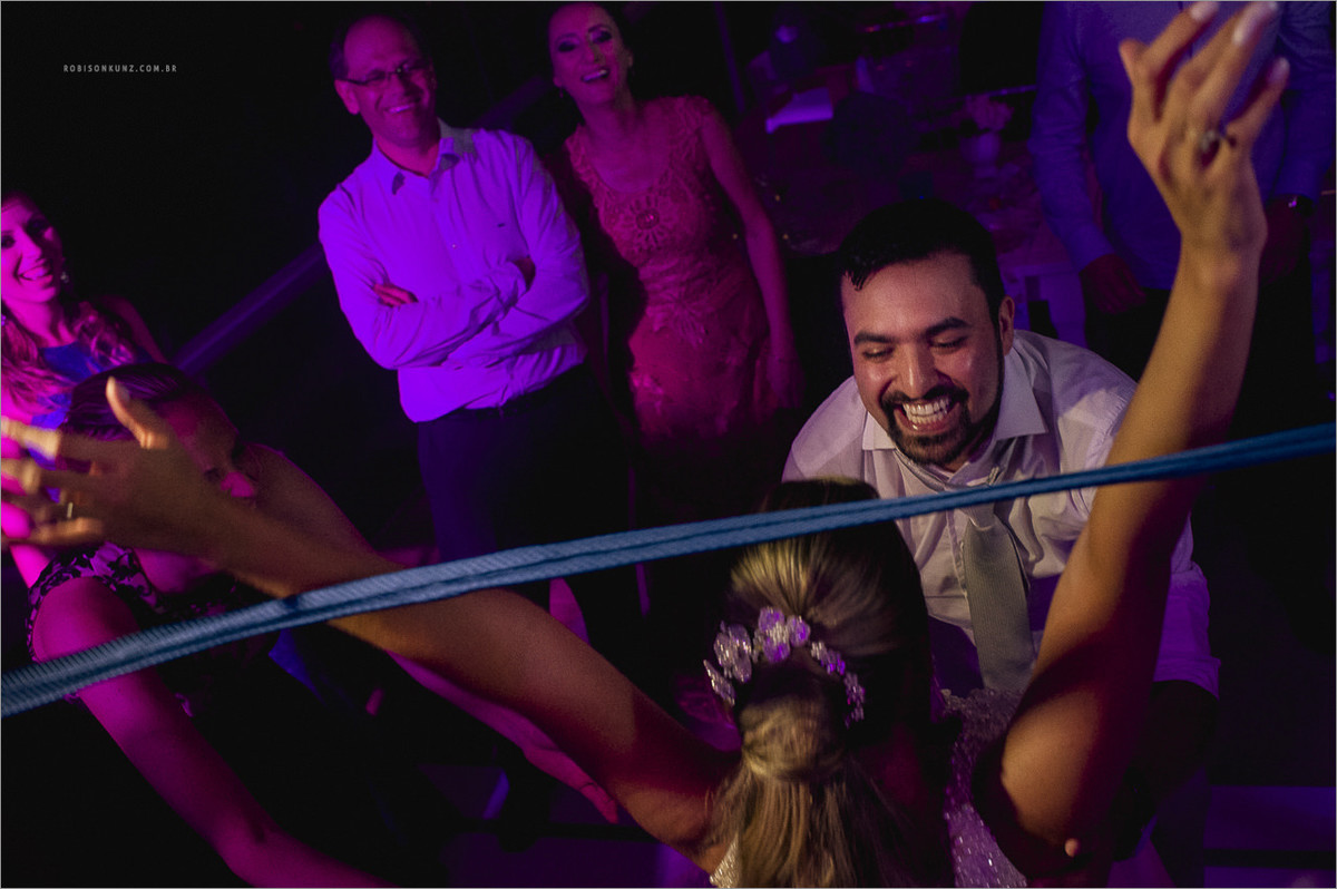 noiva passando na cordinha durante o casamento