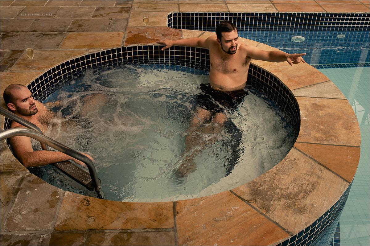 noivo na piscina antes do casamento