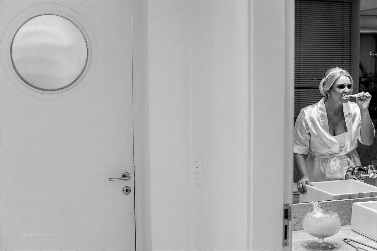 noiva escovando os dentes durante o making of no hugo beauty