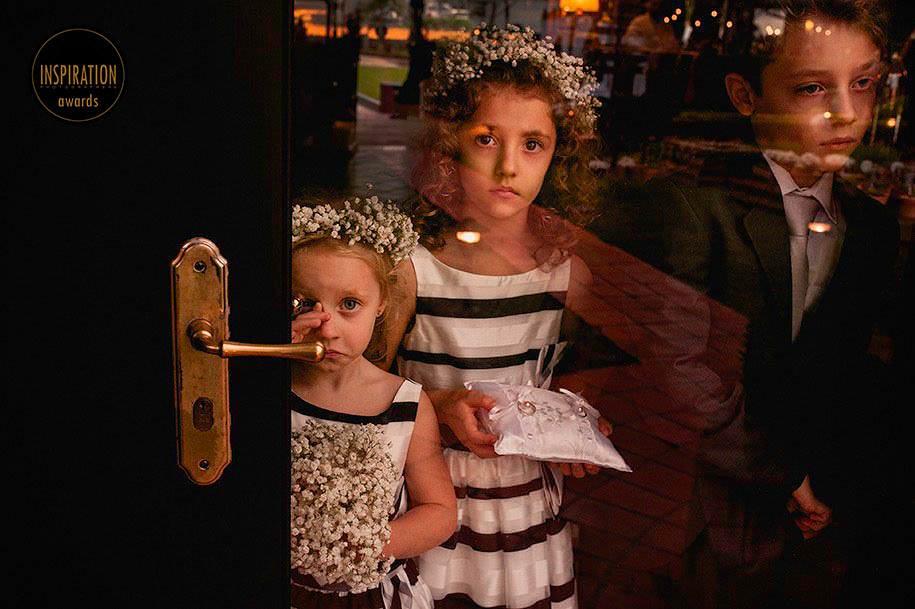 crianças esperando para levar as alianças, aias durante o casamento - foto de robison kunz premiado entre as melhores fotos de casamento do brasil - foto premiada pela inspiration photographer