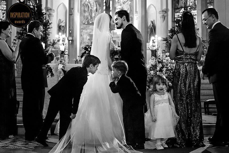crianças brincando na igreja durante o casamento - casamento em santa cruz do sul - foto de robison kunz premiado entre as melhores fotos de casamento do brasil - foto premiada pela inspiration photographer