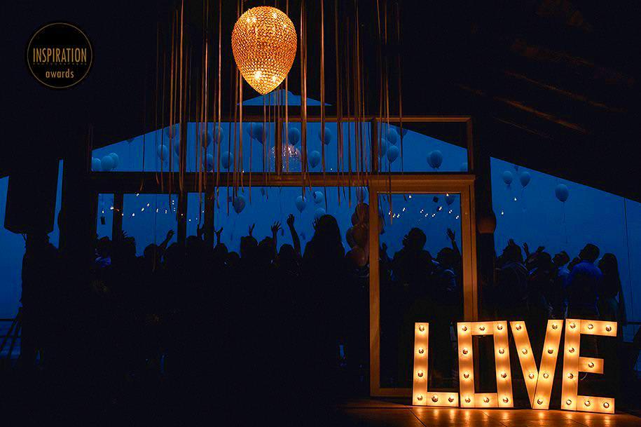 noivos soltando balões com desejos durante o casamento na praia do rosa - casamento diferente na praia do rosa - foto de robison kunz premiado entre as melhores fotos de casamento do brasil - foto premiada pela inspiration photographer