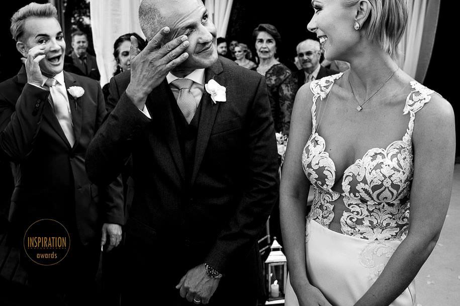 noivo chorando no casamento na praia do rosa - foto de robison kunz premiado entre as melhores fotos de casamento do brasil - foto premiada pela inspiration photographer