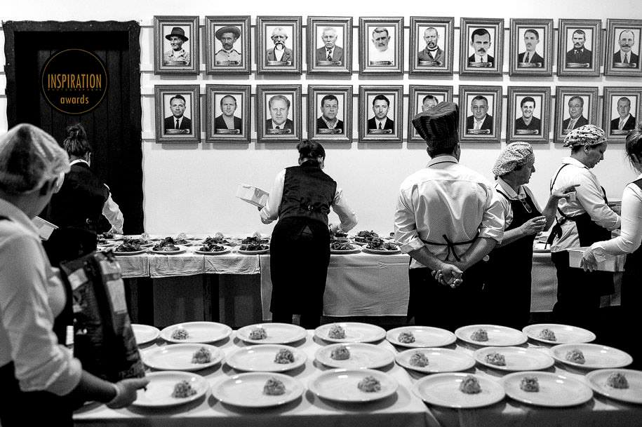 foto inusitada no casamento da equipe de garçons - foto diferente de casamento - foto dos bastidores do casamento - foto de robison kunz premiado entre as melhores fotos de casamento do brasil - foto premiada pela inspiration photographer