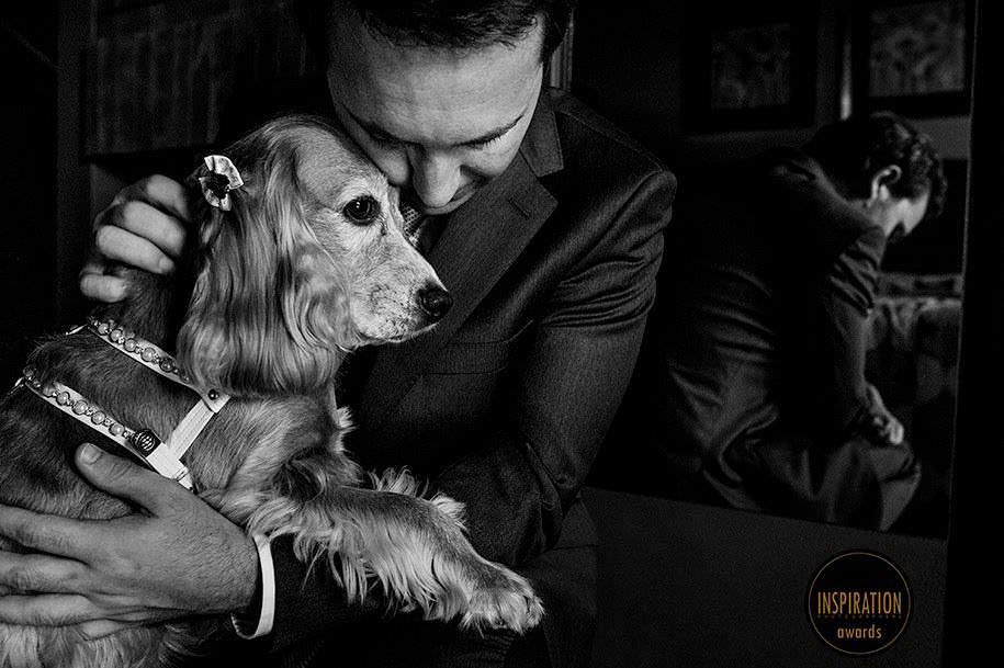 noivo abraçando seu cachorro antes de ir para o casamento - foto de robison kunz premiado entre as melhores fotos de casamento do brasil - foto premiada pela inspiration photographer