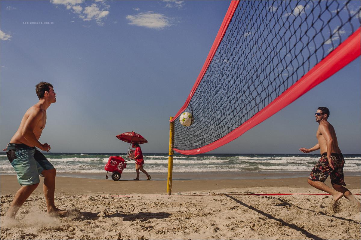 noivo jogando futivolei antes do casamento na praia