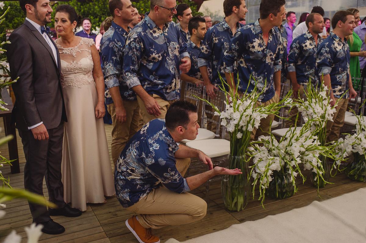 padrinhos e noivos torcendo para as crianças entrarem com as alianças no casamento
