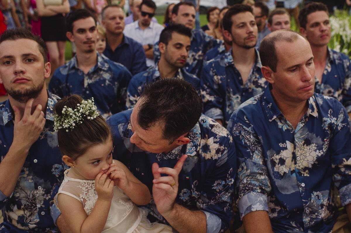 crianças aprontando no casamento externo na praia