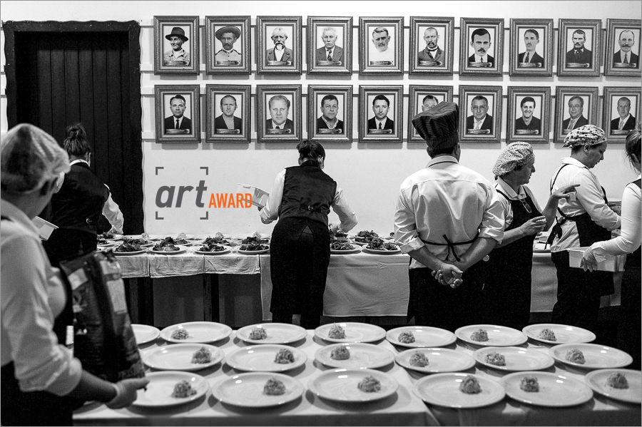 fotos de casamento premiadas pela fineart association - bastidores do casamento - foto na cozinha de um casamento - cozinha de um casamento