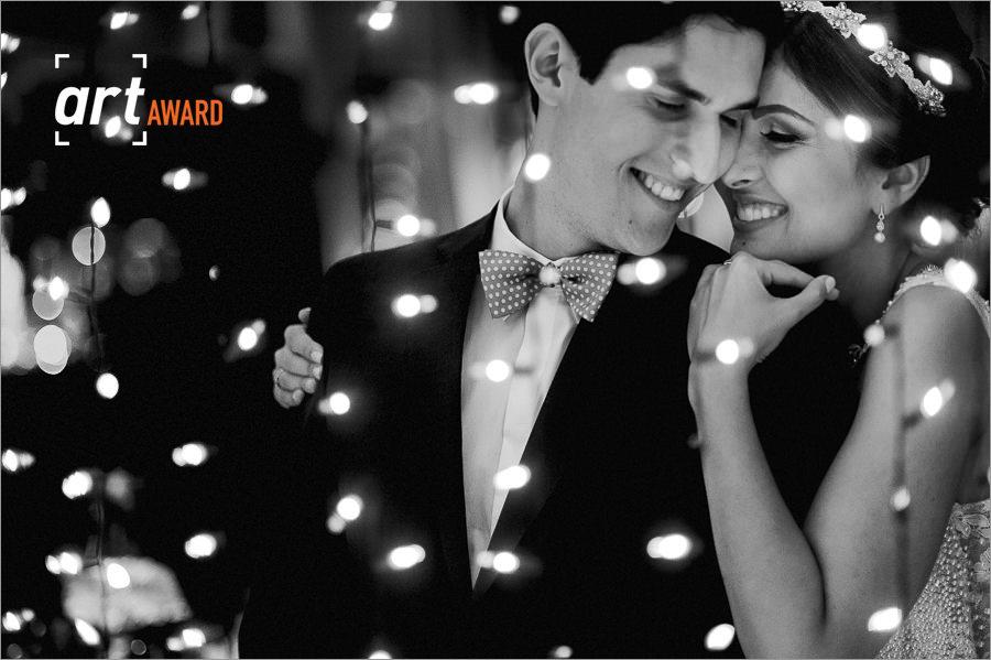 fotos de casamento premiadas pela fineart association - foto diferente de noivos - luzinhas amarelinhas usadas para foto dos noivos - luzinhas amarelinhas no casamento