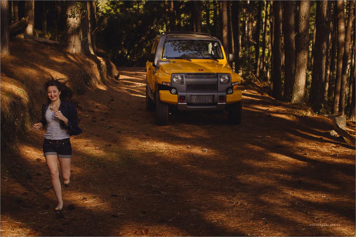 fotos correndo com o troller de fundo em uma floresta de pinos