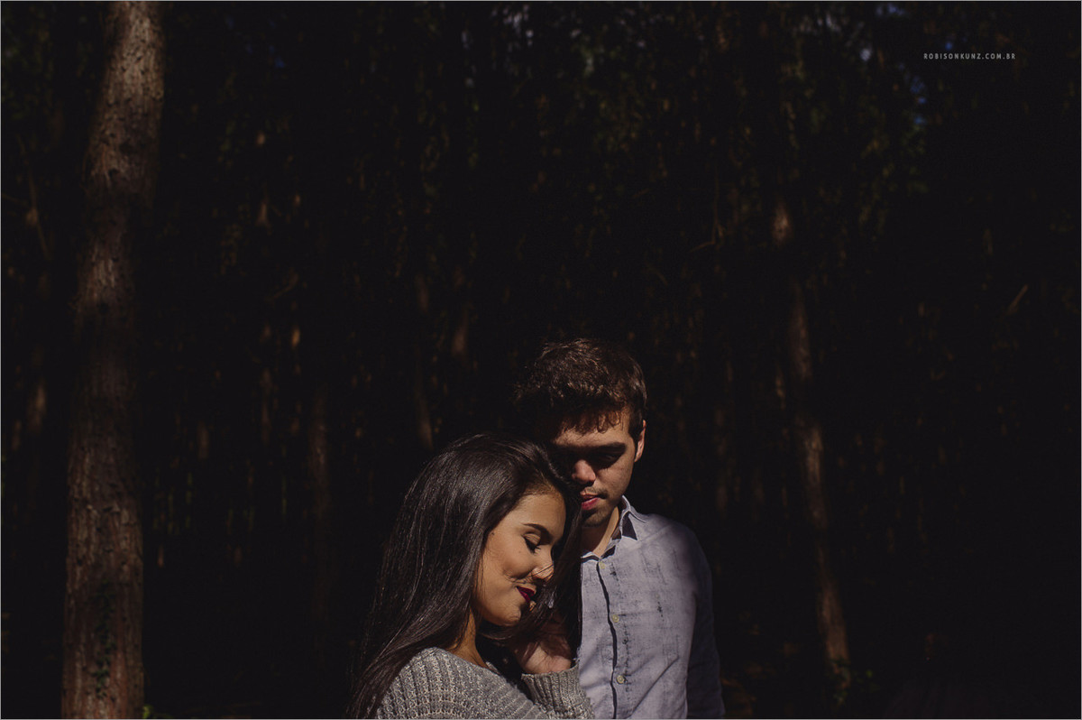 guilherme bastian e sua namorada posando para robison kunz