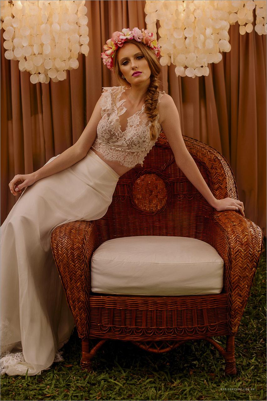 noiva posando em uma cadeira retro