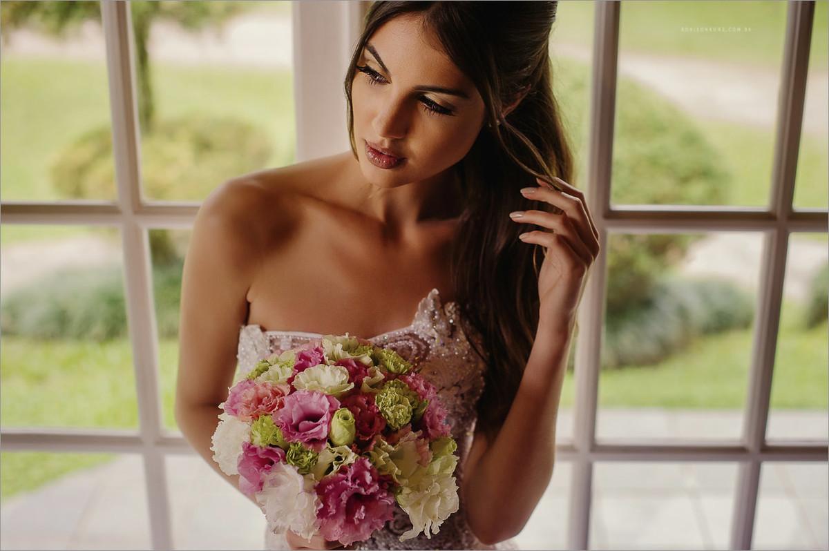 retrato de uma modelo de noiva durante um editorial de moda para expansão noivas