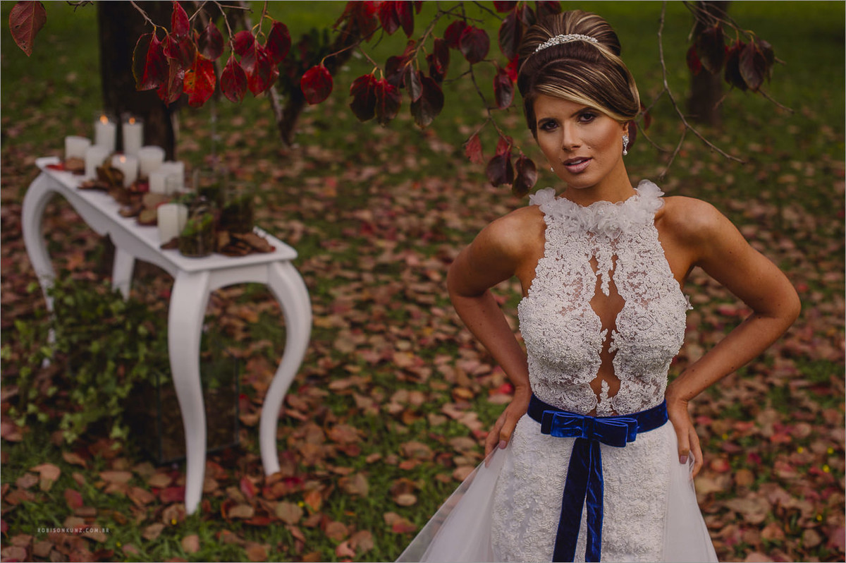 fotos de noiva no gramado com folhas de platanos
