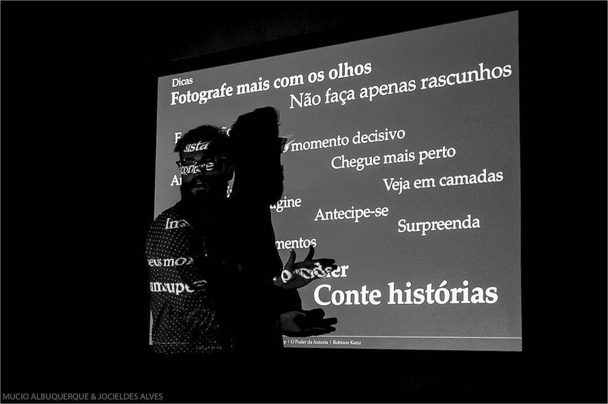 robison kunz palestrando sobre contar história através da fotografia