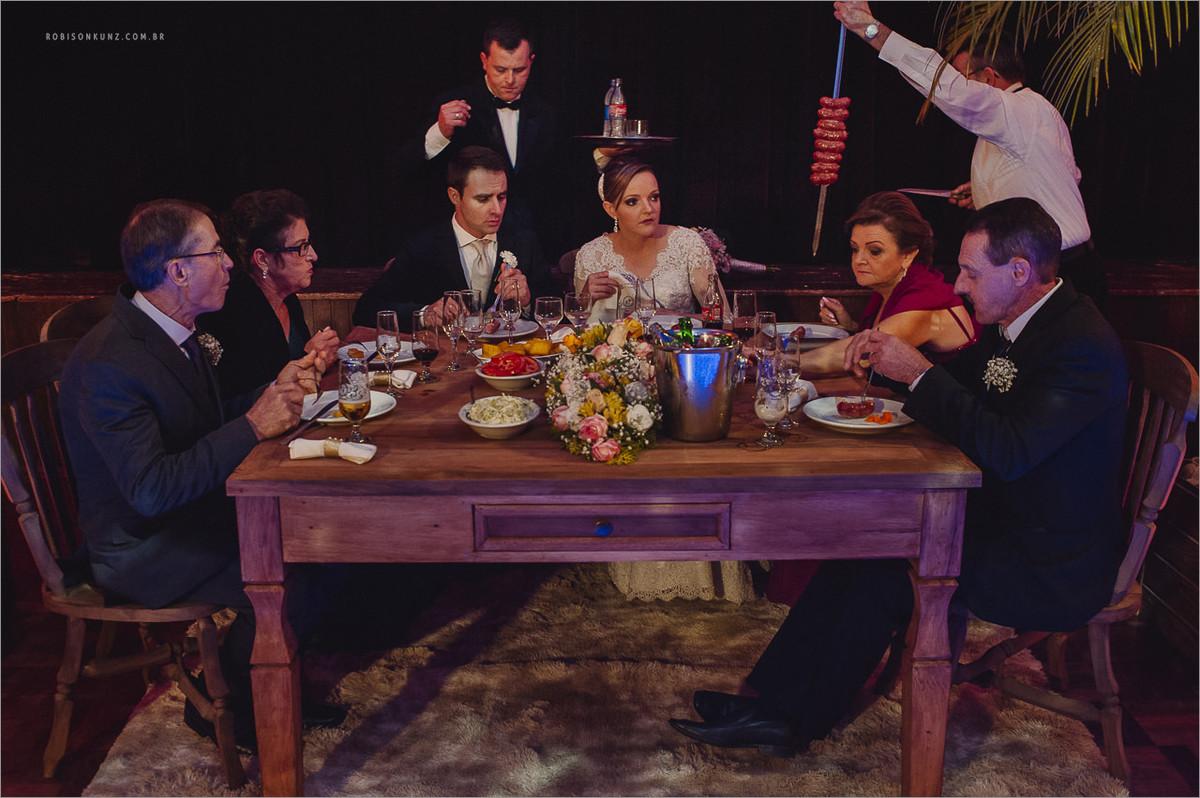 jantar servido na mesa durante o casamento