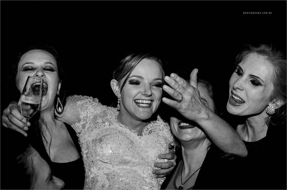 noiva e madrinhas dançando durante o casamento