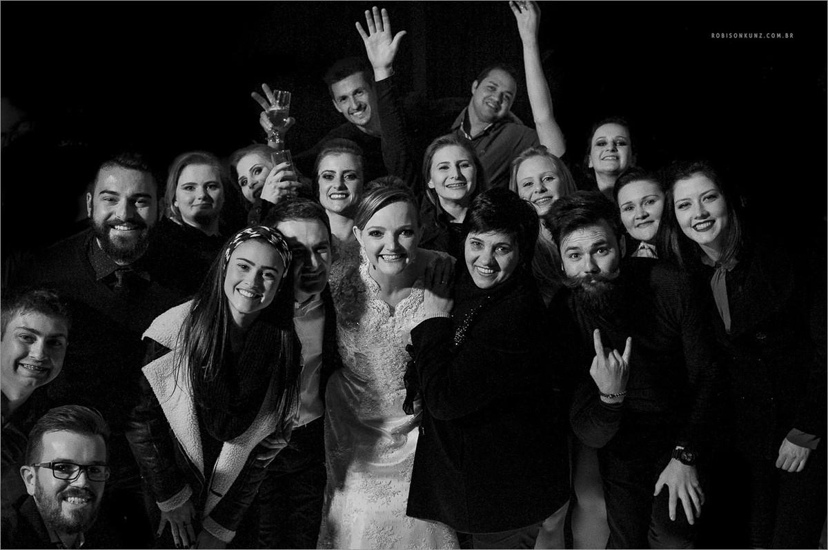 equipe robison kunz ao final do casamento fotografado em picada café na serra gaucha
