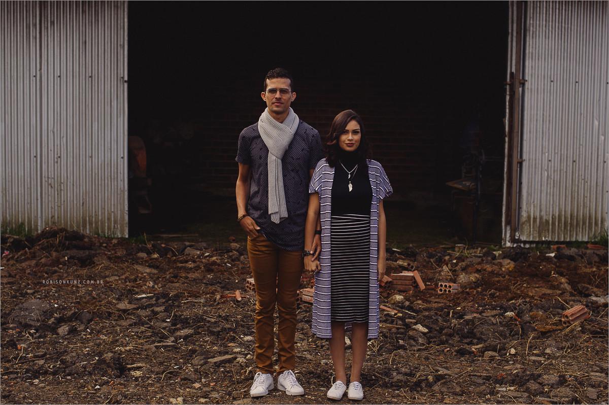 casal em local abandonado