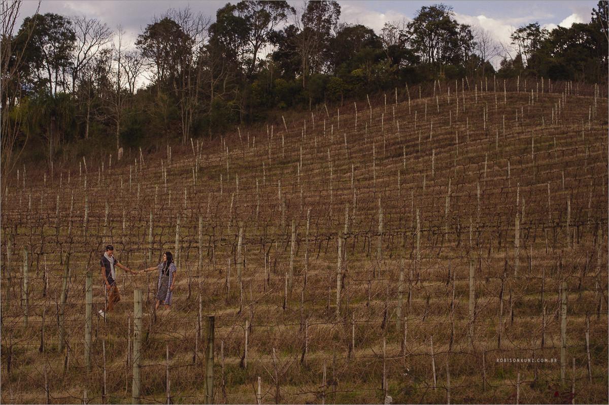 casal no meio das parreiras de uva