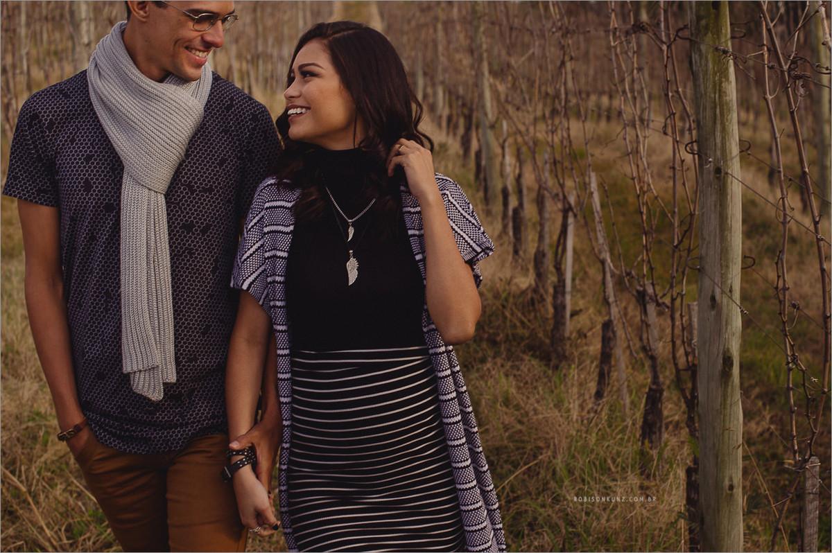 casal caminhando na serra