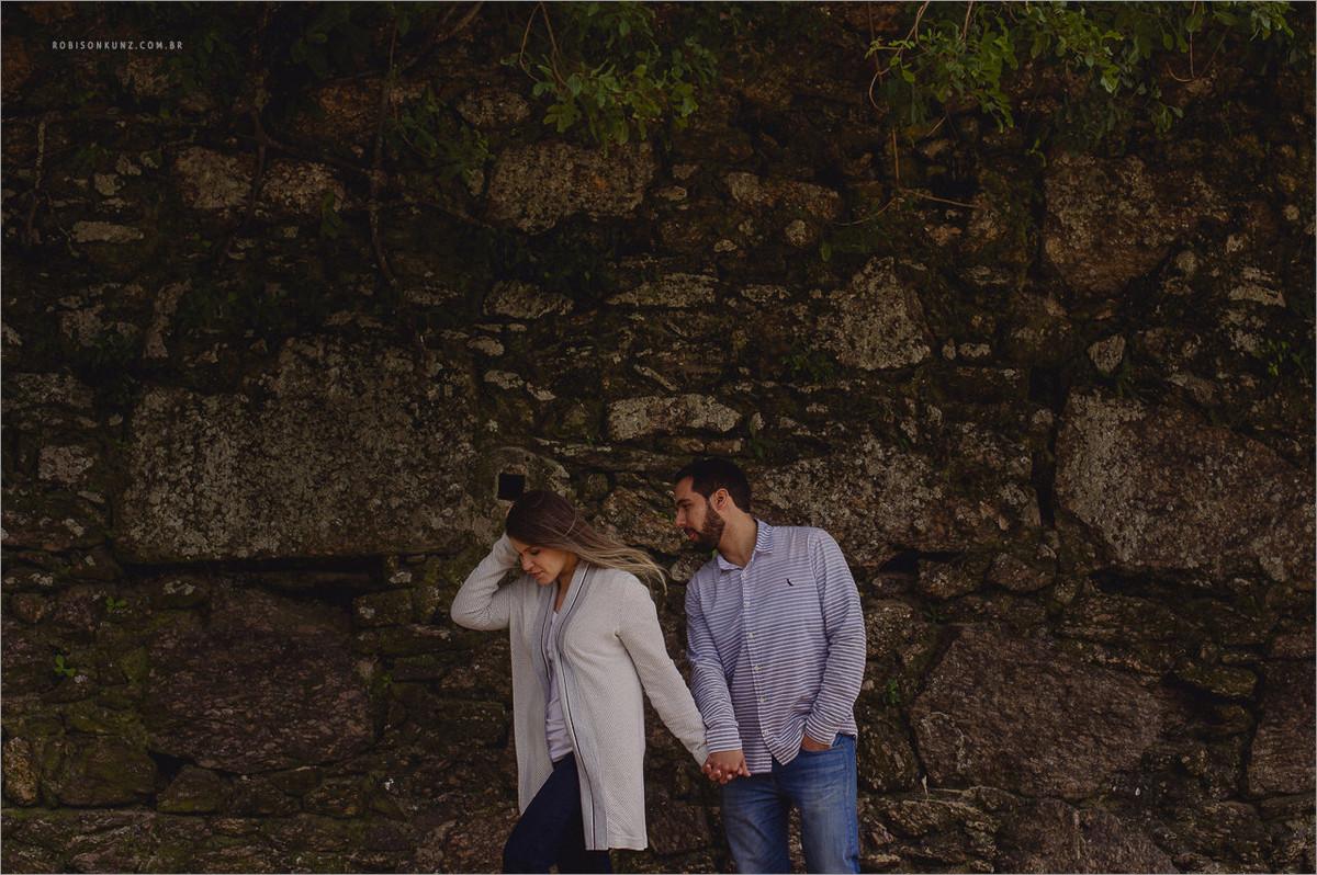 casal caminhando na montanha