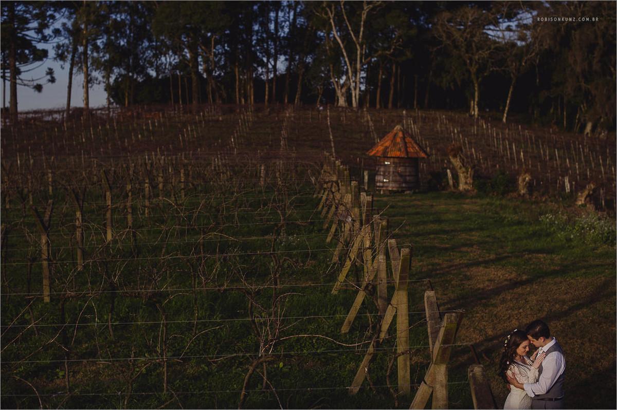 ensaio de noivos na plantação de uva