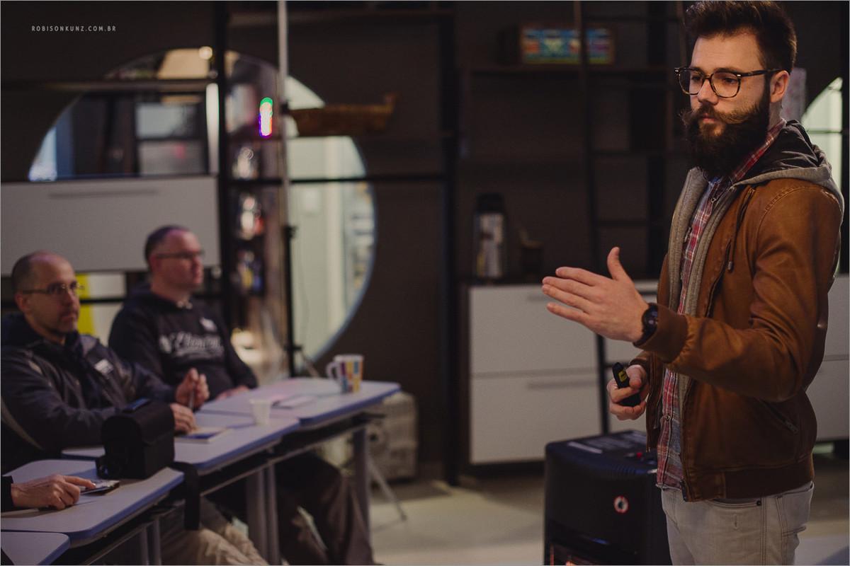 robison kunz dando aula de fotografia em seu estudio